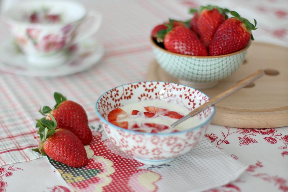 desayuno sano con yogur y fresas 1
