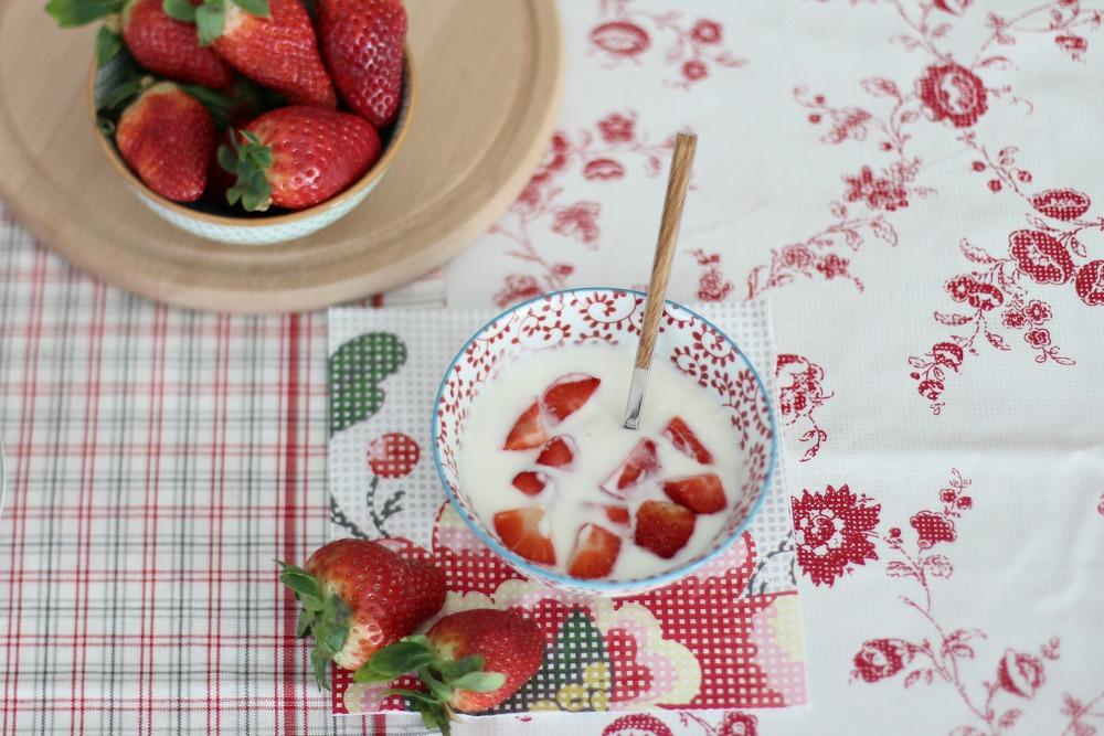 desayuno sano con yogur y fresas 2