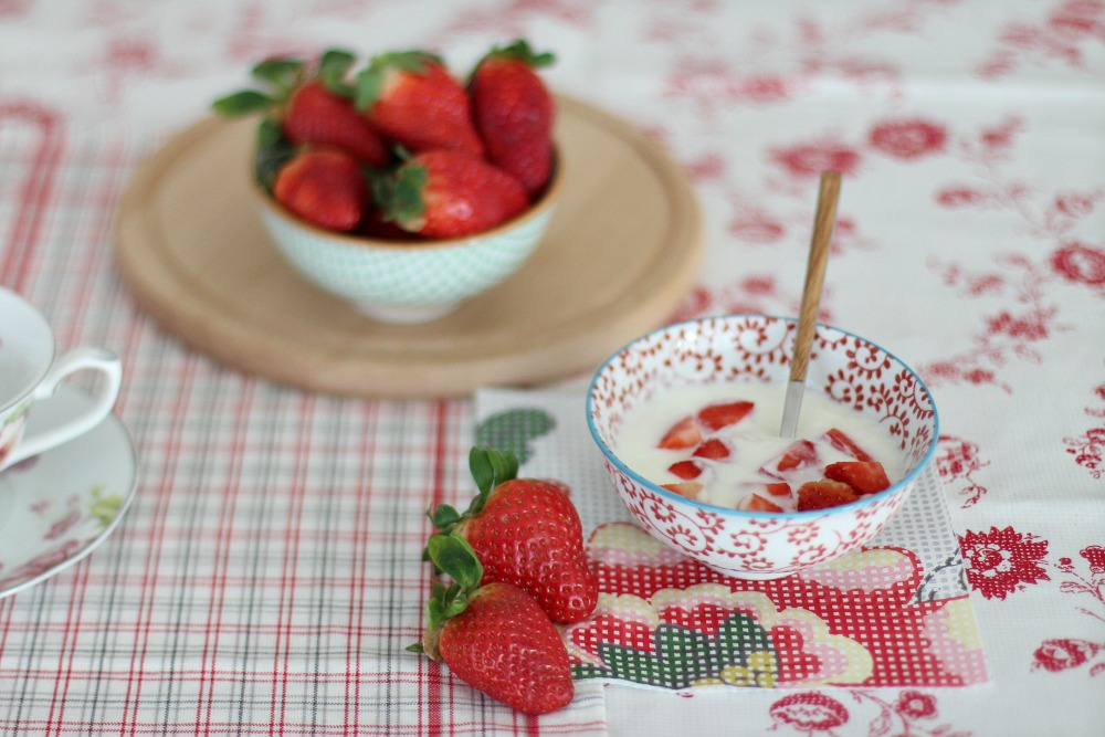 desayuno sano con yogur y fresas 3