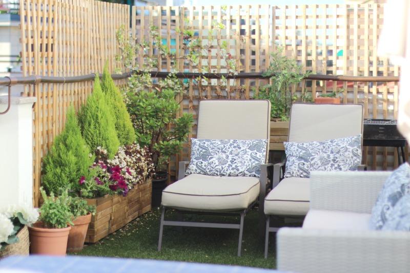 decoración terraza bonita con césped 13