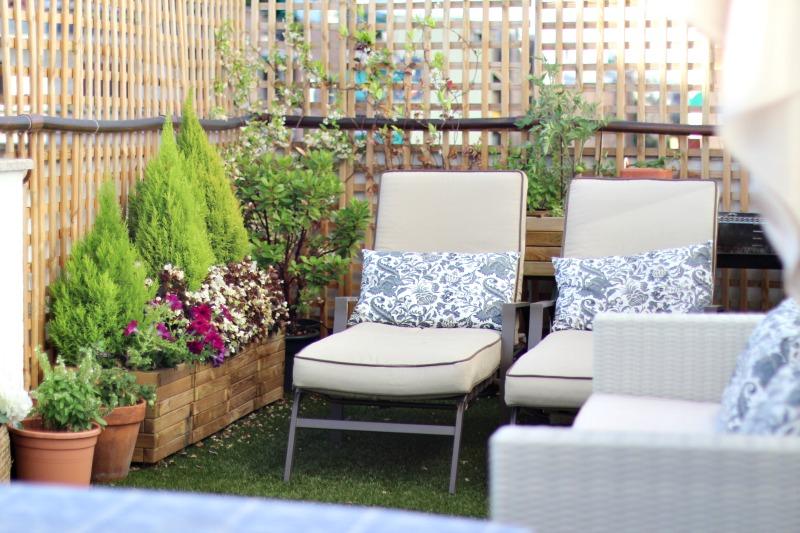 decoración terraza bonita con césped 3