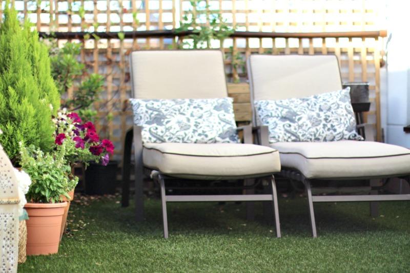 decoración terraza bonita con césped 6