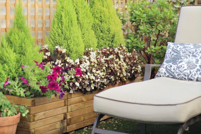 decoración terraza bonita con césped 7