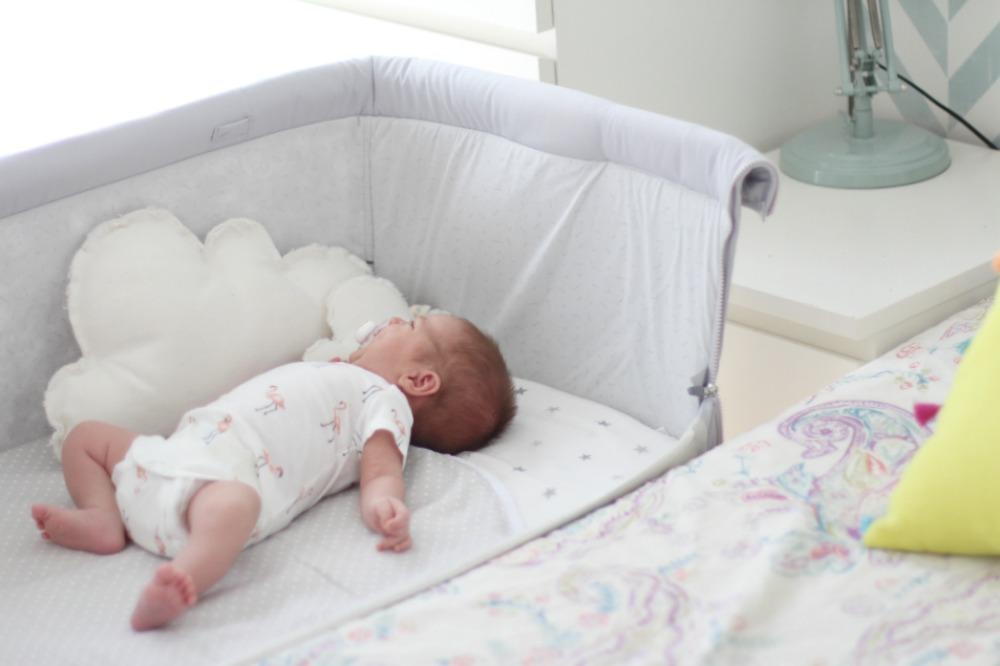 una habitaci n con cuna colecho para un beb reci n nacido